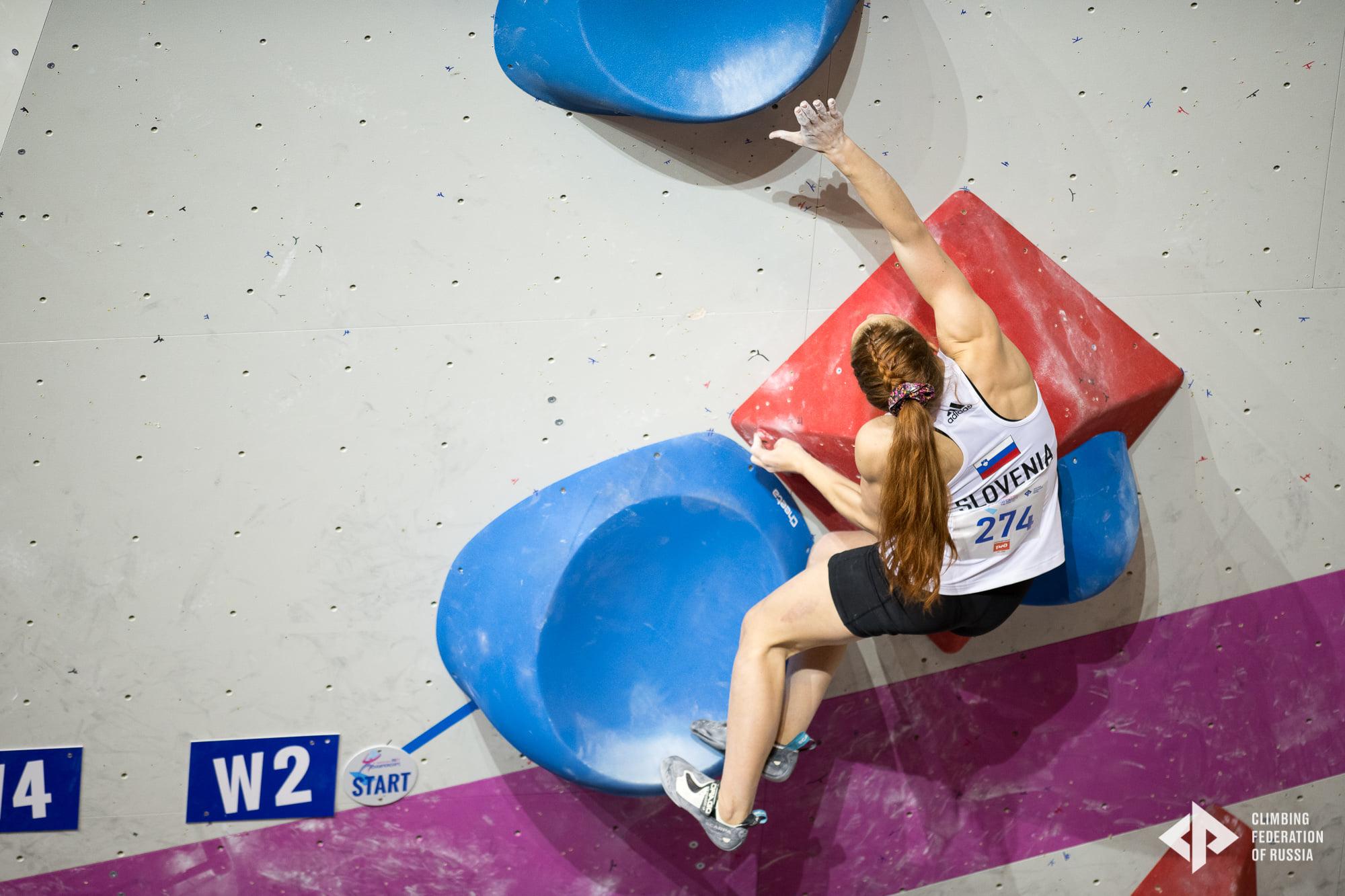 Liza_Novak_med_plezanjem