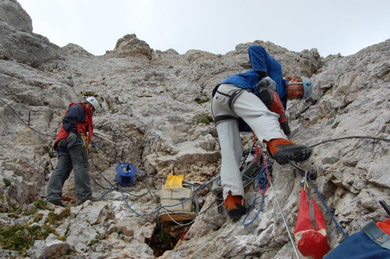 Markacisti pri popravljanju dela SPP s Kredarice na Triglav, foto Hinko Šolinc
